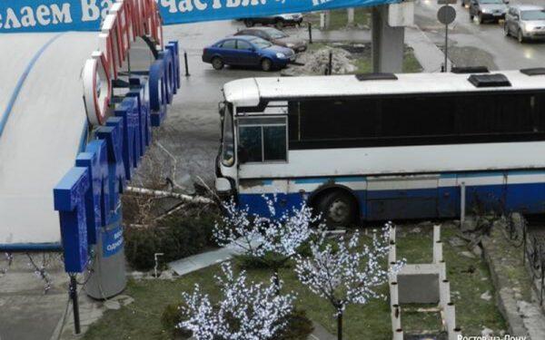 В Ростове автобус едва не врезался в супермаркет «Тихий Дон»