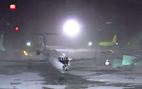 Пассажиров рейса Новосибирск-Москва не выпускают из самолета во Внуково