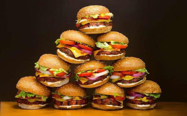 Чизбургер со стружкой, наггетсы с пластмассой, картошка-фри с зубами