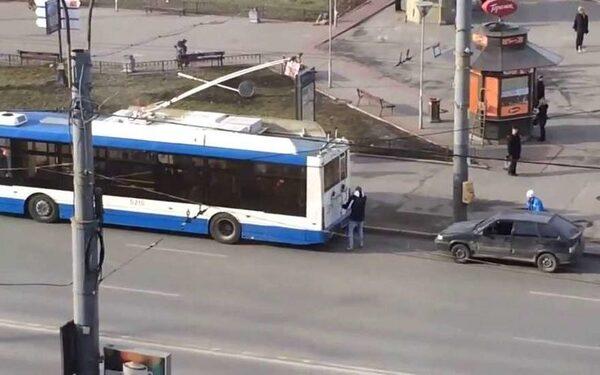 В Петербурге зацепер покусал водителя троллейбуса
