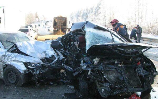 На трассе в Калмыкии пять человек погибли и два пострадали в лобовом ДТП с иномарками