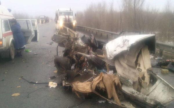 Под Новосибирском жуткая авария, автомобиль Хонда разорван на две части