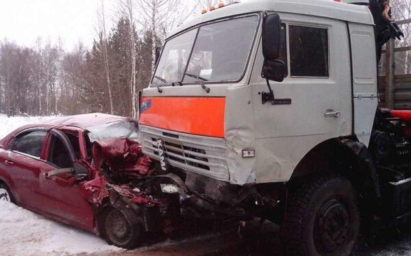 В Томской области при столкновении легковушек с КамАЗом» погибли четыре человека